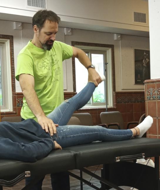 Matthew Thie faisant un test musculaire